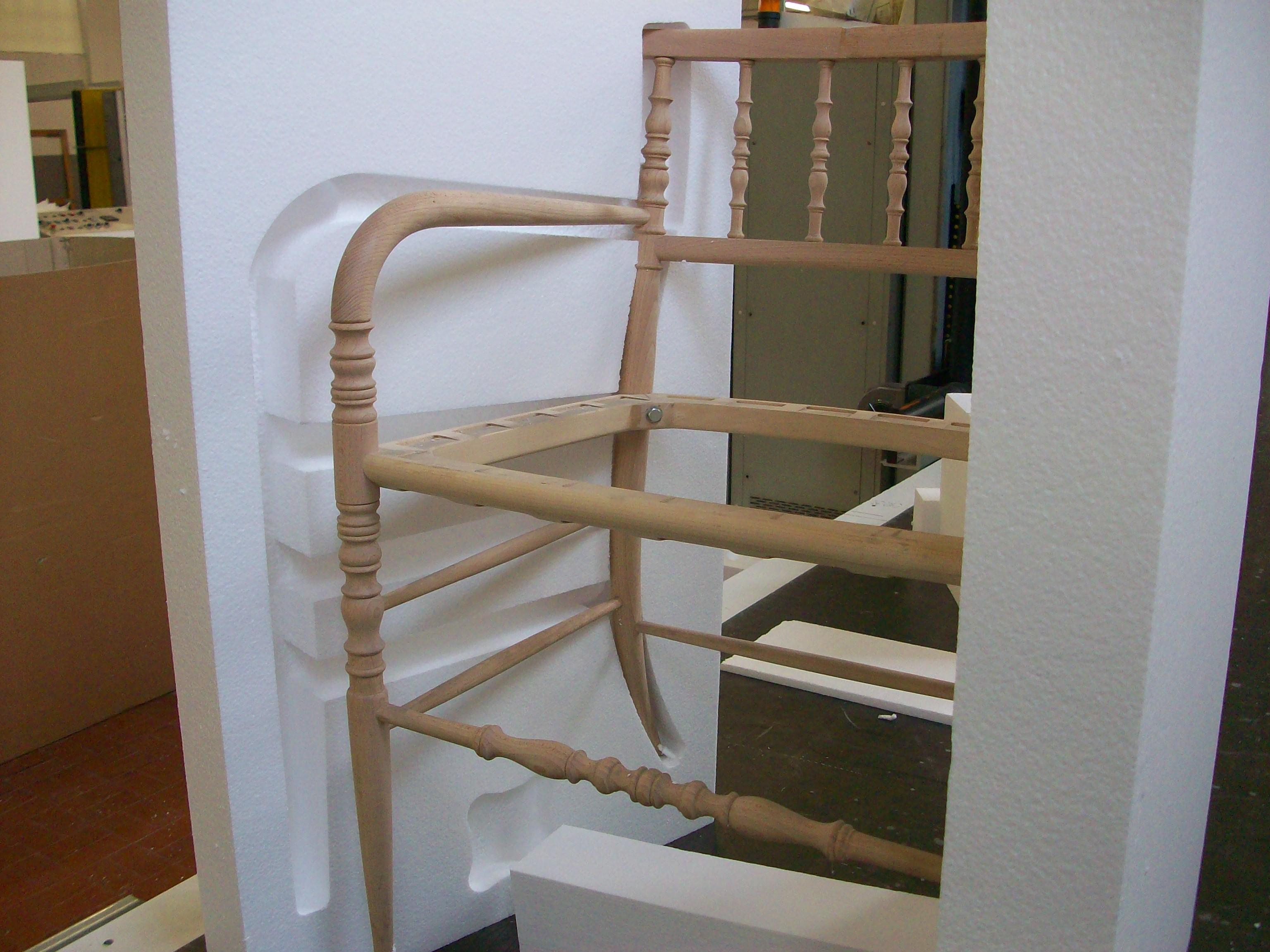 Imballaggi in polistirolo per una sedia in legno lavorato for Poltrona polistirolo