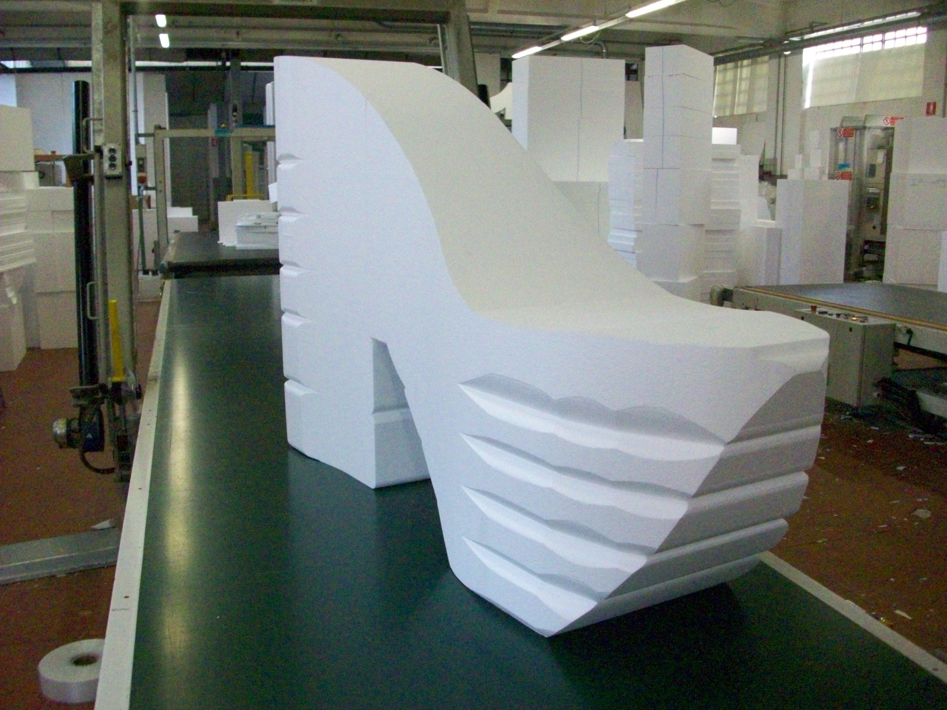 Scarpa gigante in polistirolo realizzata da copim for Scenografie in polistirolo